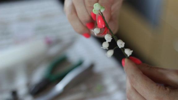 Как сделать ландыш из мастики: пошаговый фото-рецепт. Загибаем цветочки вниз, придавая им форму веточки ландыша