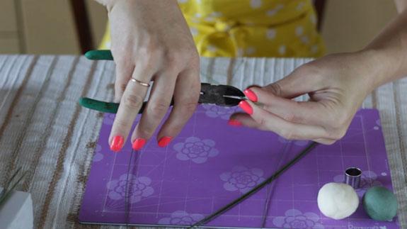 Как сделать ландыш из мастики: пошаговый фото-рецепт. Разрезаем проволку