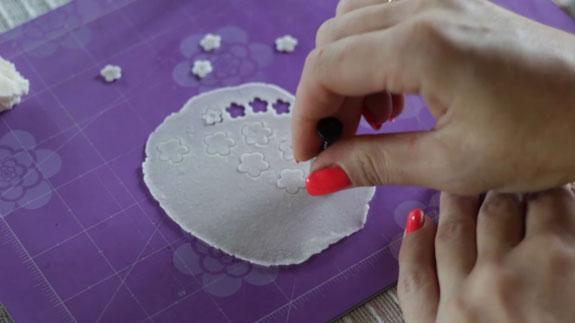 Как сделать ландыш из мастики: пошаговый фото-рецепт. Снова разминаем небольшое количество белой мастики