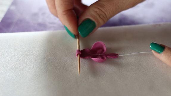 Инструментом для моделирования мастики Металлический шар на мягком мате немного раскатываем бока лепестка