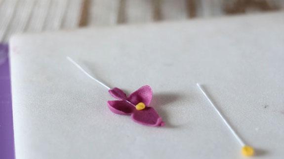 Как сделать орхидею из мастики: пошаговый фото-рецепт. С помощью пищевого клея или водки клеим на лепесток тычинку