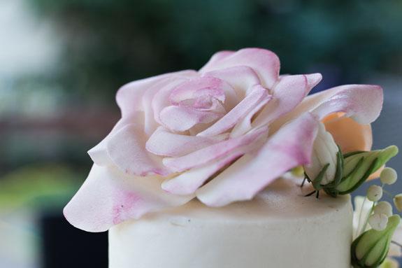 Готовый цветок еще немного подсушиваем и устанавливаем на торт