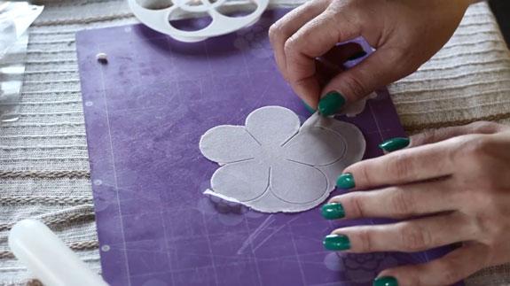 Как сделать розу из мастики: пошаговый фото-рецепт. Изготавливаем следующий шаг лепестков