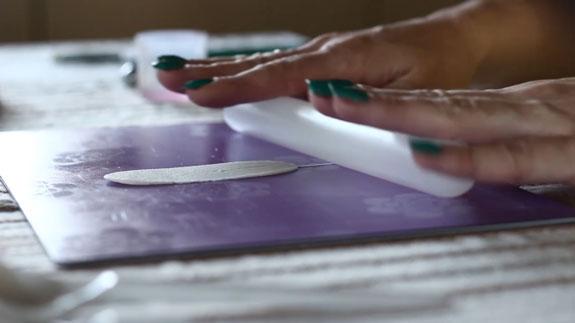 Как сделать розу из мастики: пошаговый фото-рецепт. Последние 5 лепестков делаем на проволочном основании