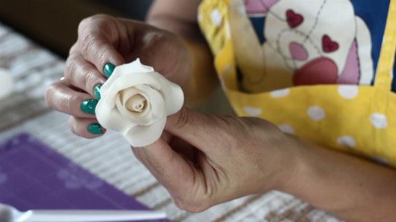 Как сделать розу из мастики: пошаговый фото-рецепт. Клеим их на бутон по 5 лепестков каждого шага