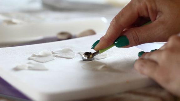 Как сделать розу из мастики: пошаговый фото-рецепт. Разделяем лепестки