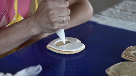Айсингом для заливки (более жидким) покрываем... Медовые пряники с росписью в свадебной тематике: пошаговый фото-рецепт