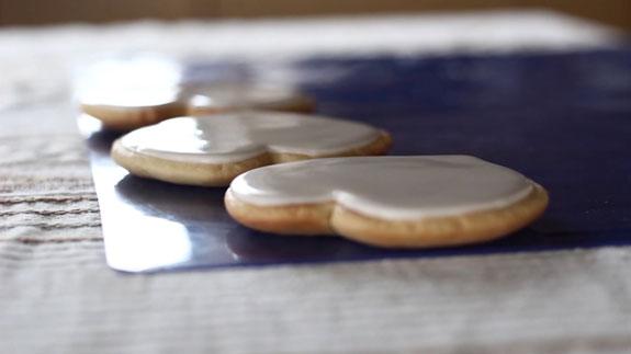 Даем глазури на пряниках полностью высохнуть,... Медовые пряники с росписью в свадебной тематике: пошаговый фото-рецепт