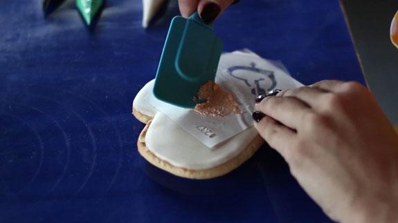 Наносим рисунок на глазурь. Делаем это,... Медовые пряники с росписью в свадебной тематике: пошаговый фото-рецепт