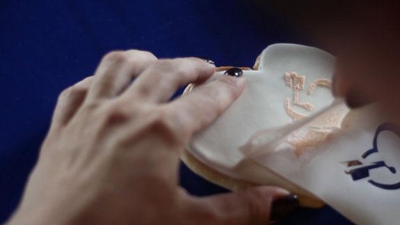 Аккуратно снимаем... Медовые пряники с росписью в свадебной тематике: пошаговый фото-рецепт