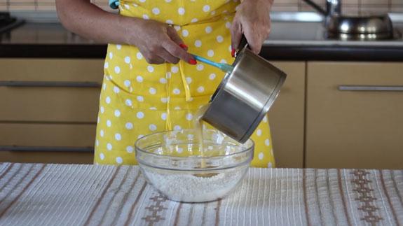 Переливаем содержимое кастрюльки в муку и... Медовые пряники с росписью в свадебной тематике: пошаговый фото-рецепт