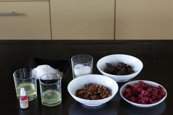 Ингредиенты для приготовления малиновых... Малиновые макаруны с черным шоколадом: пошаговый фото-рецепт