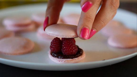Можно собрать пирожное и по-другому, просто... Малиновые макаруны с черным шоколадом: пошаговый фото-рецепт
