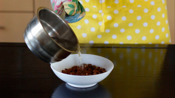 Миндаль заливаем кипятком и оставляем на 10... Малиновые макаруны с черным шоколадом: пошаговый фото-рецепт