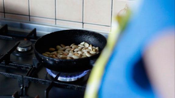 Очищенный миндаль немного подсушиваем на... Малиновые макаруны с черным шоколадом: пошаговый фото-рецепт