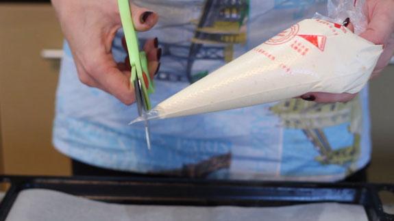 Готовое тесто перекладываем в большой кулинарный пакет и отрезаем ему носик диаметром 1,5 см. Печенье Савоярди: пошаговый фото-рецепт