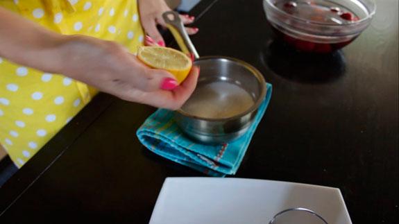 В небольшой кастрюльке соединяем сахар и сок половинки лимона. Отправляем все на газ. Сливовое сорбе: пошаговый фото-рецепт