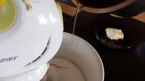 Белки взбиваем на максимальной скорости... Пирожное Крем-брюле с клубникой: пошаговый фото-рецепт