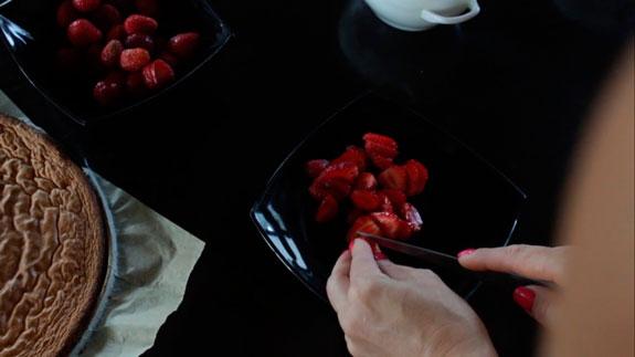 Пока взбивается белковая масса нарезаем ягоды... Пирожное Крем-брюле с клубникой: пошаговый фото-рецепт