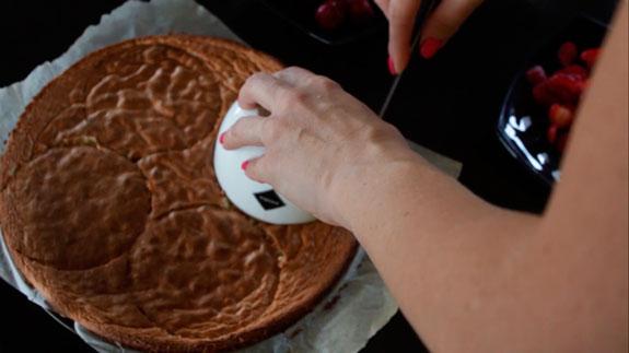 И вырезаем из дно для нашего десерта, как на... Пирожное Крем-брюле с клубникой: пошаговый фото-рецепт