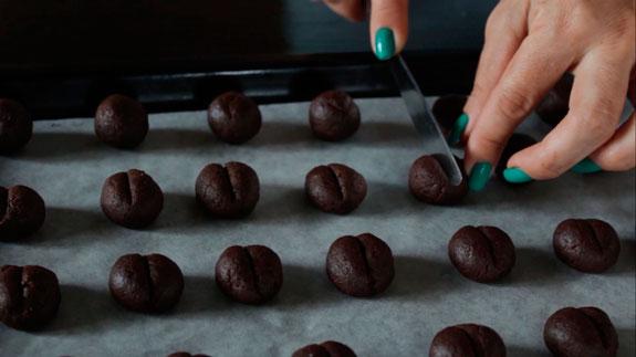 Выкладываем шарики на противень. Печенье Кофейные зерна: пошаговый фото-рецепт