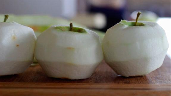 Яблоки очищаем от кожуры и удаляем... Шарлотка с яблоками: пошаговый фото-рецепт