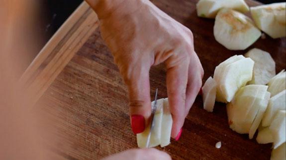 Очищенные яблоки делим на 4 части. Затем... Шарлотка с яблоками: пошаговый фото-рецепт