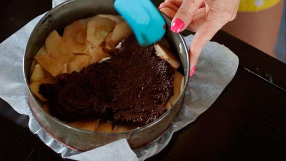 Вторую половину теста соединяем с какао и... Шарлотка с яблоками: пошаговый фото-рецепт