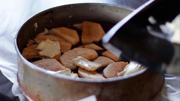 Последним слоем выкладываем яблоки и на них... Шарлотка с яблоками: пошаговый фото-рецепт