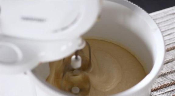 Яйца взбиваем с сахаром на максимальной... Шоколадные капкейки с вишневым суфле: пошаговый фото-рецепт