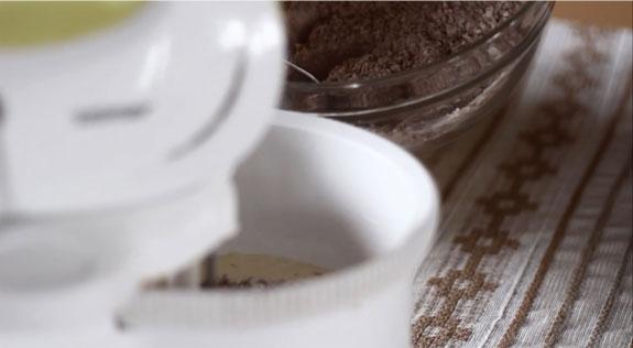 Соединяем сухие ингредиенты муку и какао в... Шоколадные капкейки с вишневым суфле: пошаговый фото-рецепт
