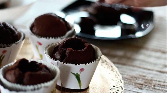 Из уже остывших капкейков вырезаем серединки,... Шоколадные капкейки с вишневым суфле: пошаговый фото-рецепт