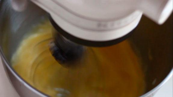 Яйца взбиваем на максимальной скорости... Пирожное Шу: пошаговый фото-рецепт