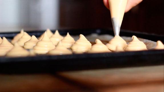Готовое тесто перекладываем в кондитерский... Пирожное Шу: пошаговый фото-рецепт