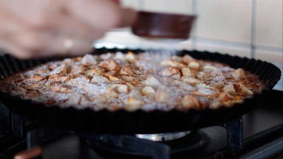 Готовую яблочно-медовую шарлотку посыпаем сахарной пудрой. Медовая шарлотка с яблоками и корицей: пошаговый фото-рецепт