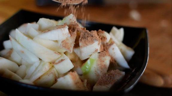 Нарезанные яблоки посыпаем корицей и перемешиваем. Медовая шарлотка с яблоками и корицей: пошаговый фото-рецепт