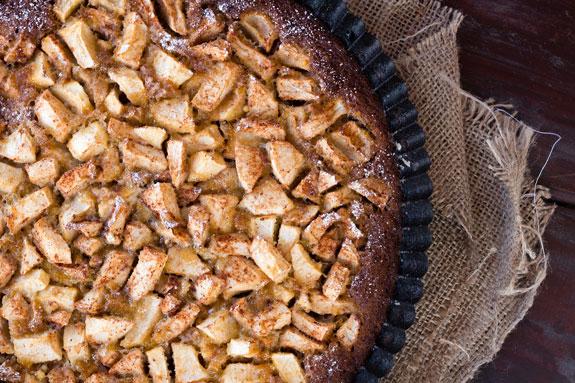 Медовая шарлотка с яблоками и корицей: пошаговый фото-рецепт