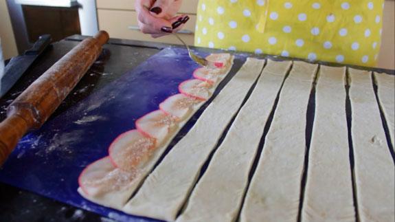 На каждую полосу выкладываем яблоки и посыпаем из сахаром с корицей. Порционный штрудель с яблоками: пошаговый фото-рецепт