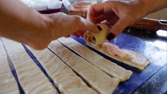 Сворачиваем тесто с яблоками. Порционный штрудель с яблоками: пошаговый фото-рецепт