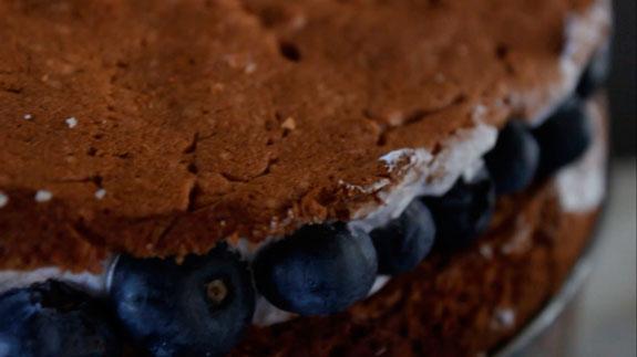 Торец тортика декорируем ягодами голубики (на... Скошенный торт: пошаговый фото-рецепт