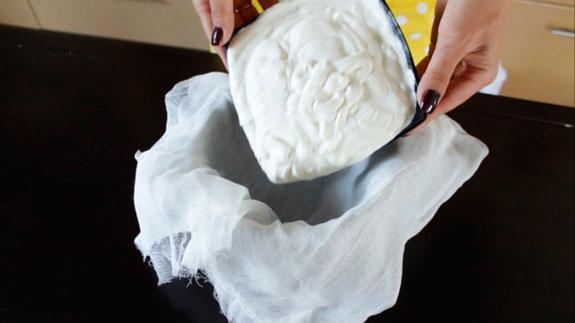 Готовим сметанный крем. Отсаживаем сметану в... Торт Монастырская изба: пошаговый фото-рецепт