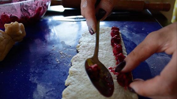Поверх теста выкладываем вишню, как на... Торт Монастырская изба: пошаговый фото-рецепт