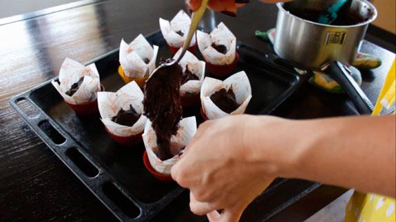 Наполняем формочки для маффинов и отправляем в духовку. Заварные шоколадные маффины со сгущенкой: пошаговый фото-рецепт