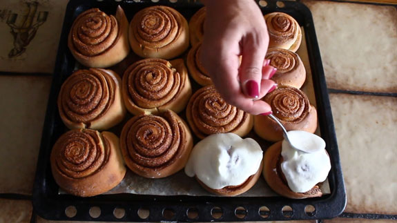 Горячие булочки достаем из духовки и сразу обильно поливаем творожным кремом. Булочки c корицей Синабон: пошаговый фото-рецепт