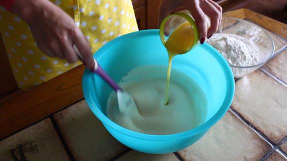 В дрожжи с молоком добавляем взбитые яйца. Булочки c корицей Синабон: пошаговый фото-рецепт