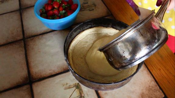 Выливаем крем в заготовку для тарта, не... Тарт с заварным кремом и клубникой: пошаговый фото-рецепт
