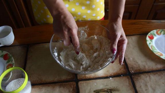 В удобной для вымешивания емкости соединяем... Тарт с заварным кремом и клубникой: пошаговый фото-рецепт