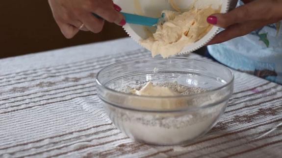 В сухие ингредиенты вводим масляную массу и замешиваем тесто для печенья. Венское печенье с вишневым конфитюром: пошаговый фото-рецепт