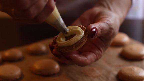 Вводим сироп или апельсиновый сок и крем... Апельсиновые макаруны: пошаговый фото-рецепт