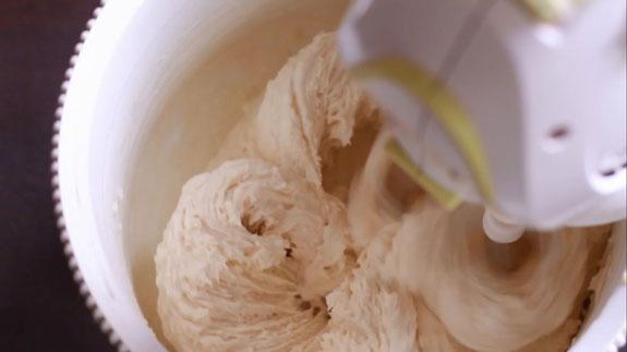 Замешиваем тесто, добавив сухие ингредиенты и продолжая взбивать на минимальной скорости миксера. Печенье Вупи пай (whoopie pie): пошаговый фото-рецепт